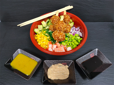 Foto Crispy spicy chicken balls pokebowl